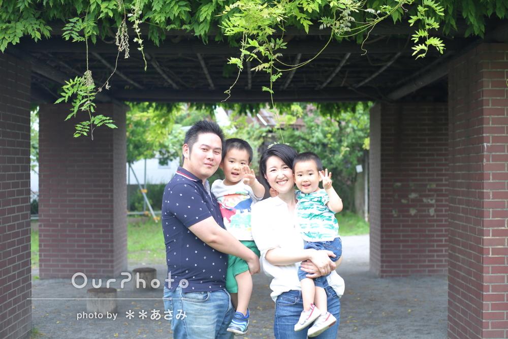 お子様達の恐竜Tシャツがとってもキュート!家族の記念写真の撮影