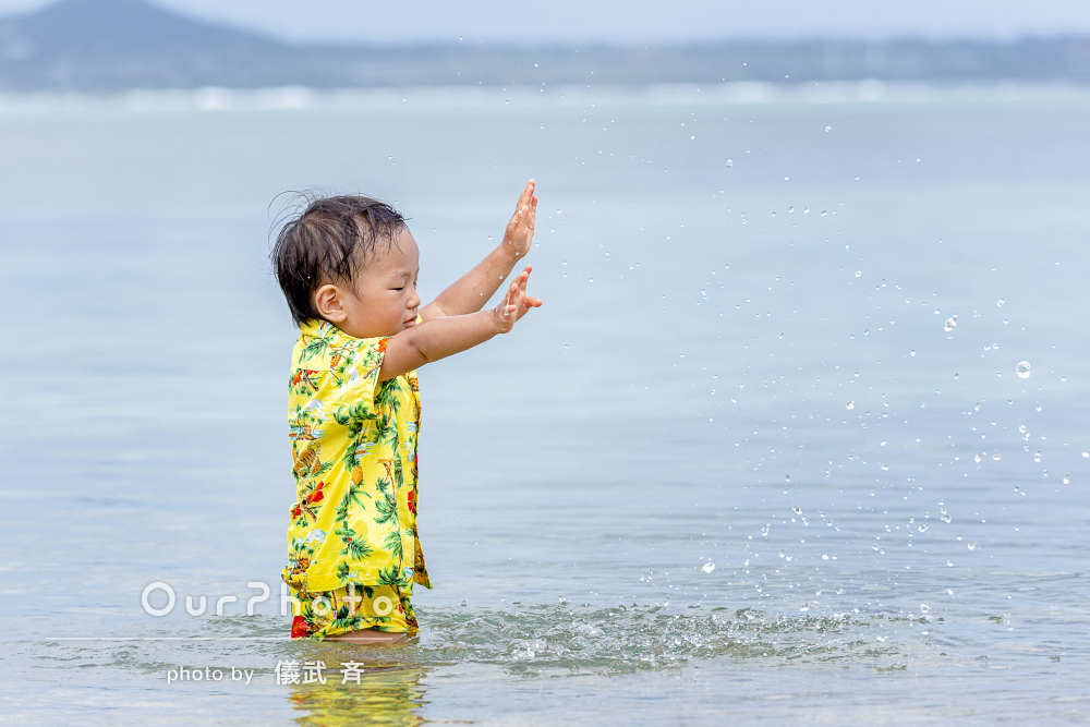 夏っぽさ溢れる沖縄の輝くビーチにて楽しそうな家族写真の撮影