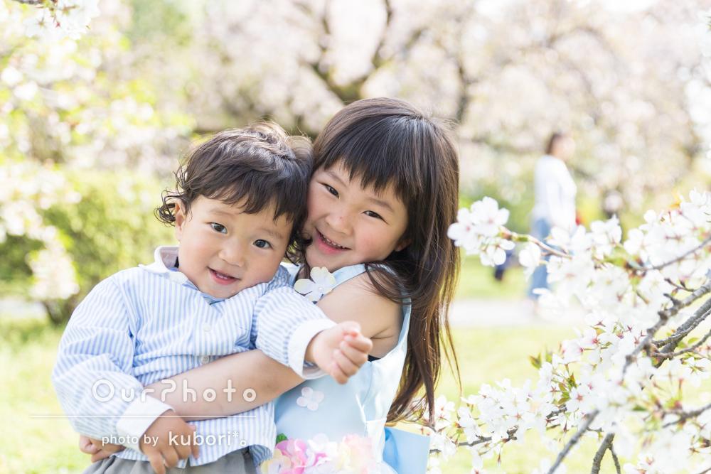「写真の出来に満足しています!」爽やかな水色のドレスを着て家族写真の撮影