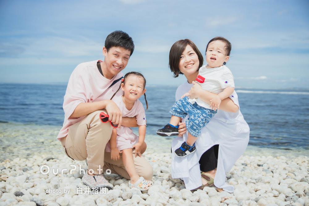 祝1歳!初めての誕生日を記念して海辺で家族の記念写真を撮影