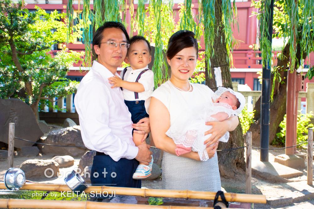 厳かな雰囲気での神社にてご家族でお宮参りの撮影