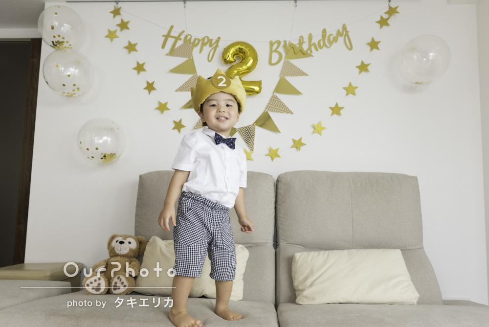 今日のぼくは小さな王様!2歳のお誕生日会の記念撮影