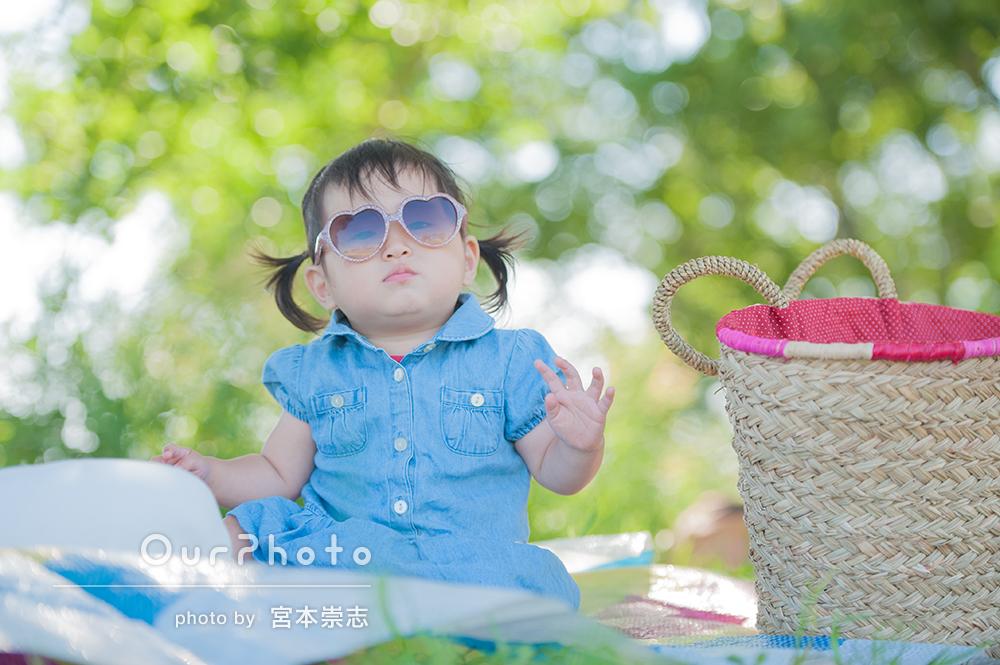 緑いっぱいの公園で!ママとお揃いデニムワンピコーデで写真撮影