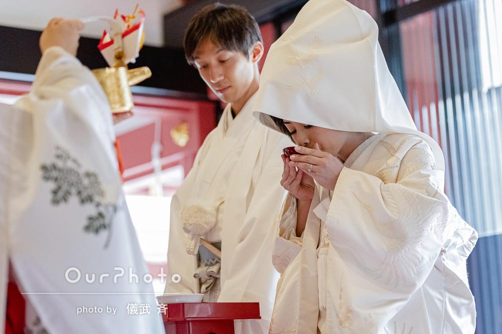 朱色と白無垢の対比が目にも鮮やか!伝統的な神前結婚式の撮影