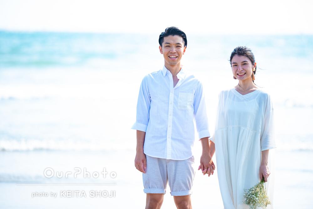 波がきらめく穏やかなビーチで!幸せなカップルフォトの撮影