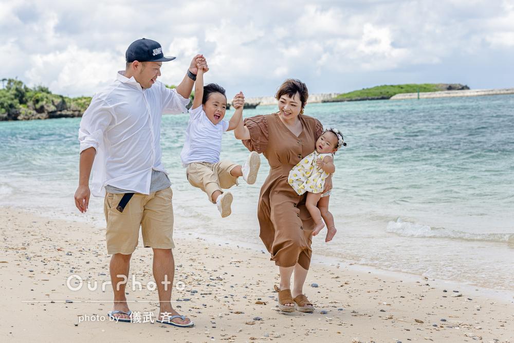 沖縄旅行でにっこにこ!海辺で楽しくはしゃいで家族写真の撮影