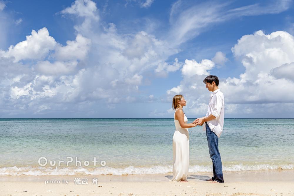 自然と笑顔になる沖縄のビーチで心通うカップルフォトの撮影