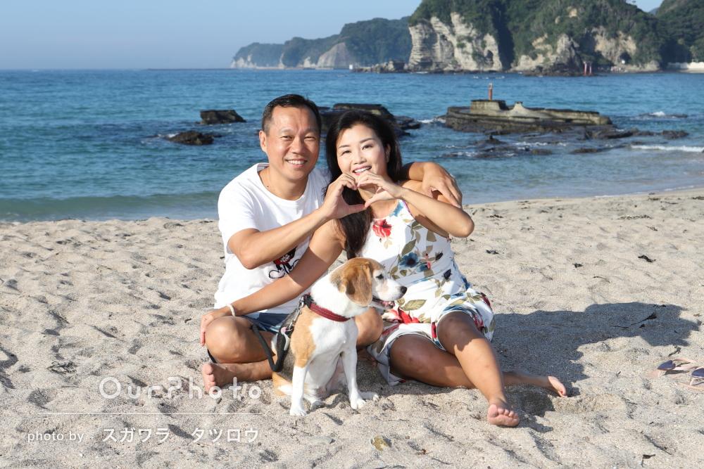 開放的な砂浜で!愛犬も一緒に家族写真の撮影