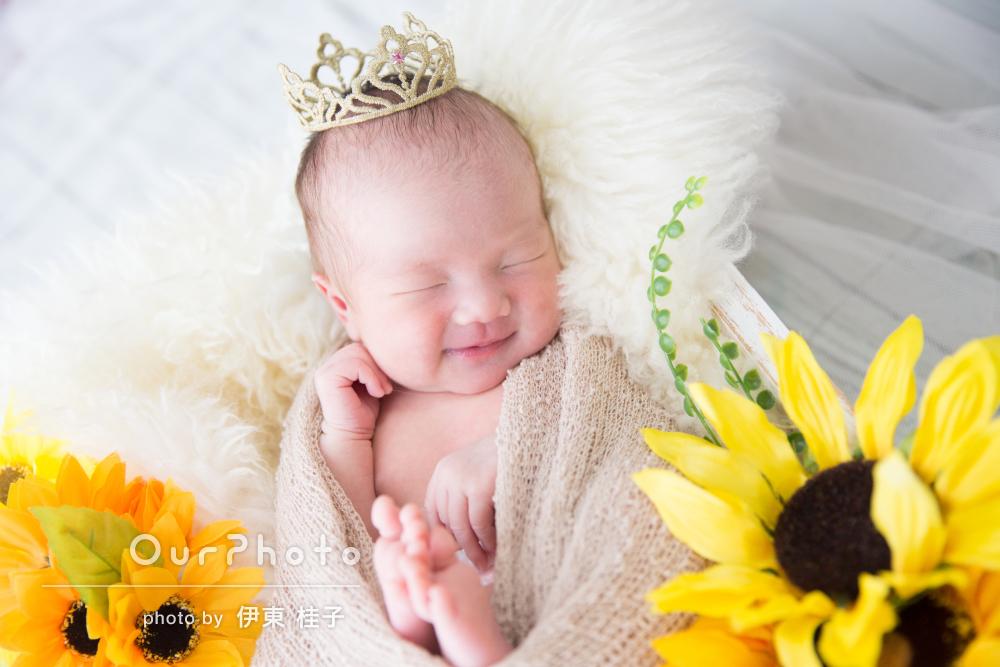 ひまわりと一緒に咲いた天使の微笑みニューボーンフォトの撮影