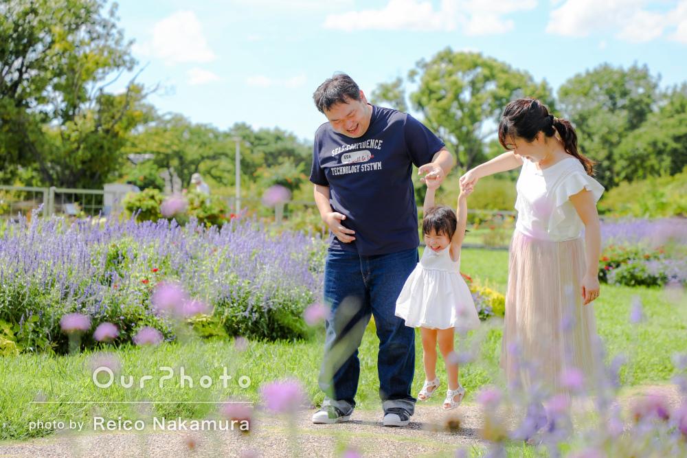 季節の花いっぱいの公園で!2歳のバースデー記念写真の撮影