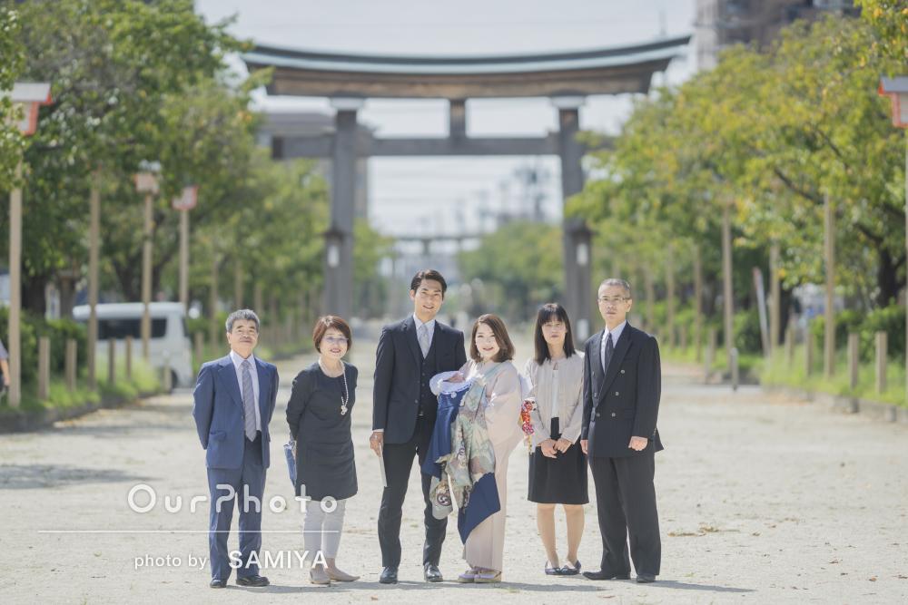 おじいちゃんおばあちゃんと一緒に!荘厳な神社でお宮参りの撮影
