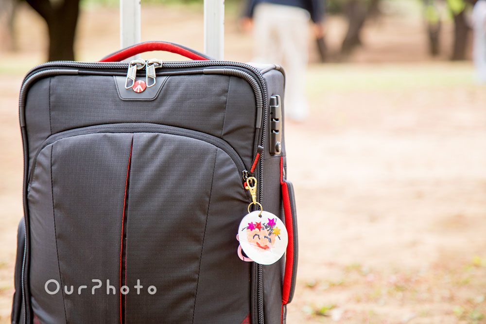 撮影機材や小物が詰まったスーツケース