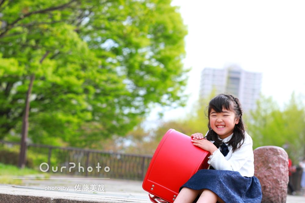 赤いランドセルと並んだ笑顔が印象的な写真
