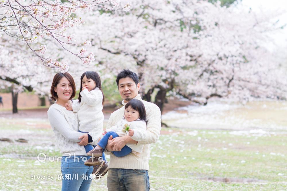 【撮影同行レポートvol.35】桜が舞う公園でリンクコーデの家族写真の出張撮影