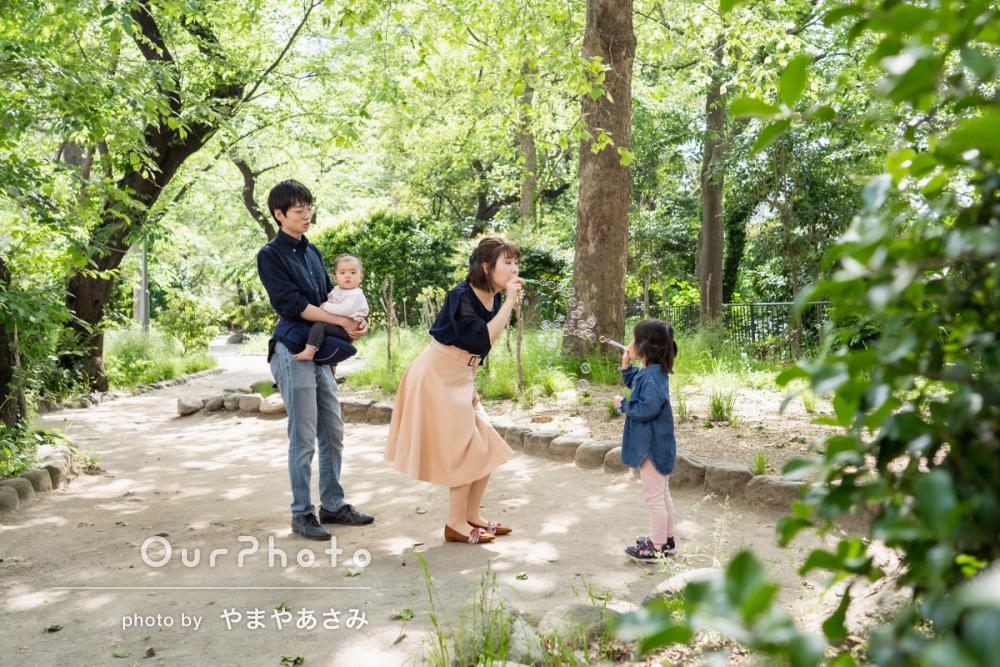 新緑が美しい公園で!自然体な姿を写す家族写真の撮影に同行5
