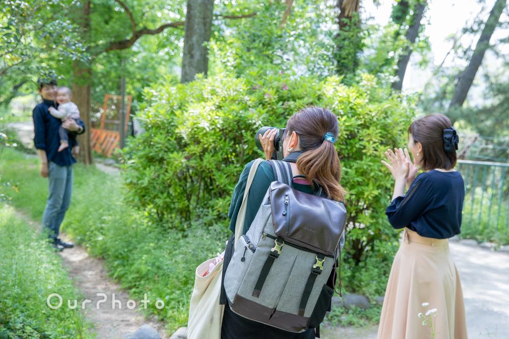 新緑が美しい公園で!自然体な姿を写す家族写真の撮影に同行9