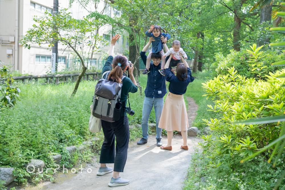 新緑が美しい公園で!自然体な姿を写す家族写真の撮影に同行13