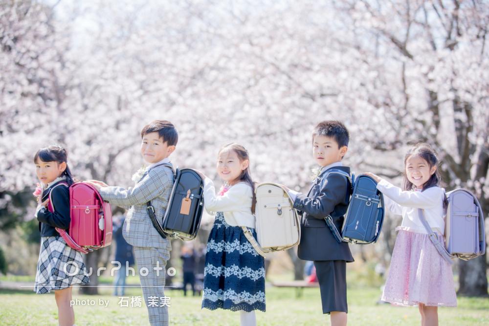 お友達と満開の桜に囲まれて三密を避けた入学記念の友フォト撮影