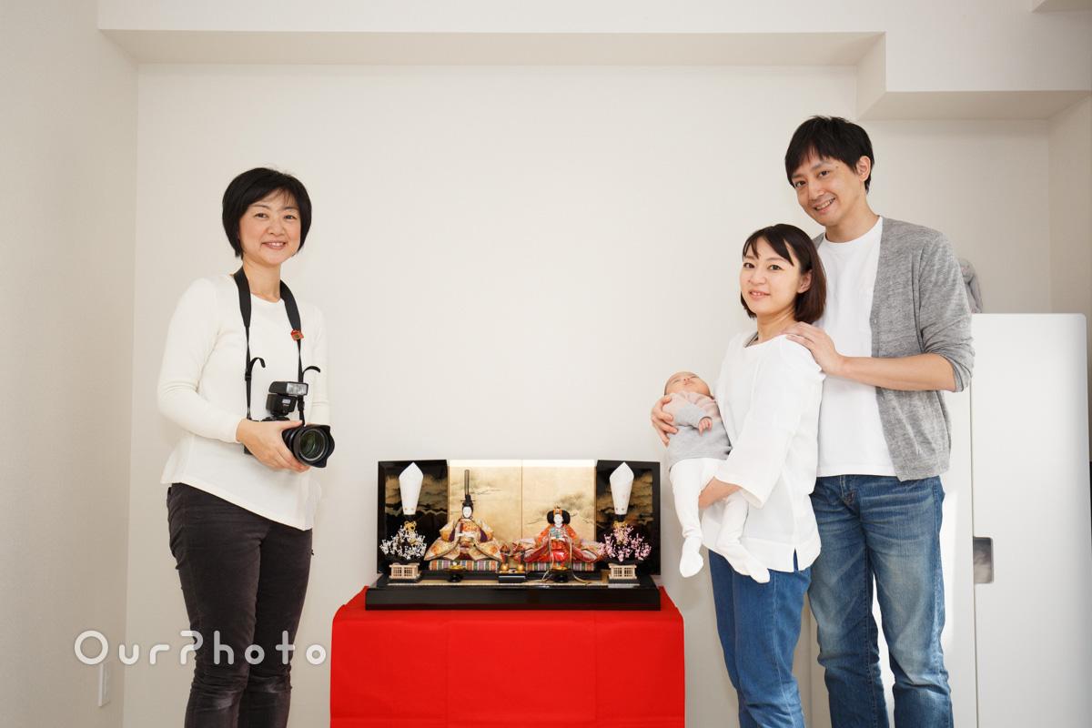 初節句、祖父母からの贈り物の雛人形と記念撮影