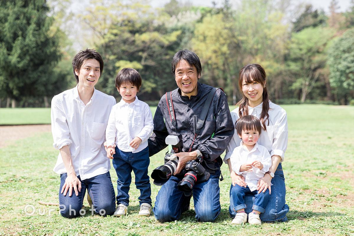 新緑あふれる公園で、家族全員の自然な姿を残す
