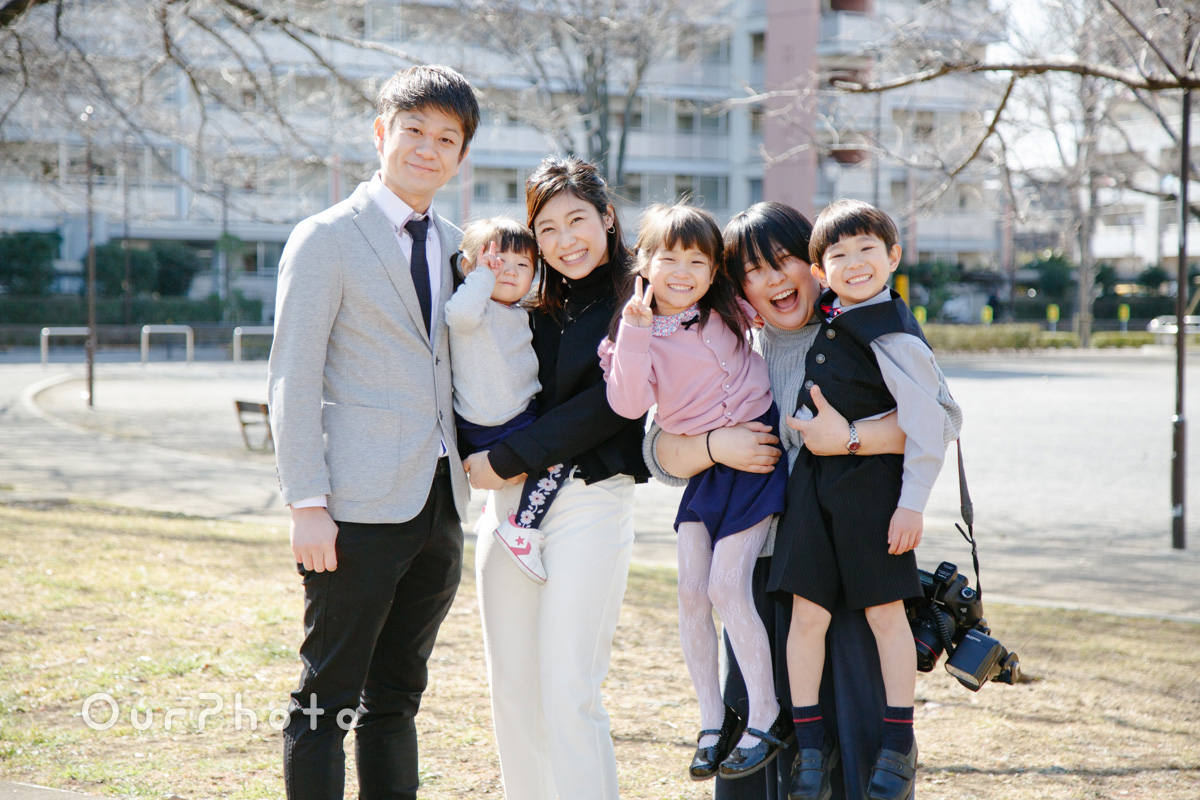 元気と笑いがいっぱい!入学記念に家族写真の撮影