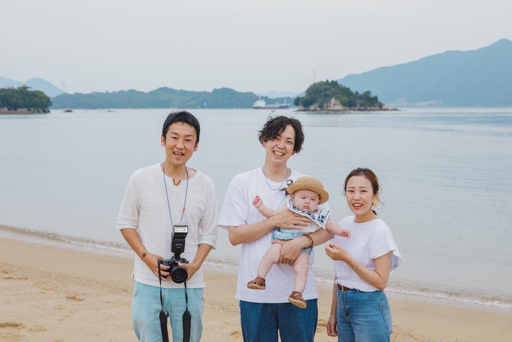 初夏のビーチで海を背景に!爽やかなリンクコーデの家族写真の撮影